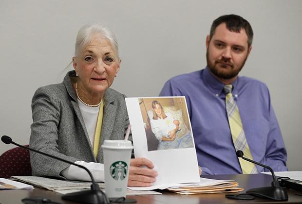 Лиз Уайт показывает свое фото с новорожденным сыном