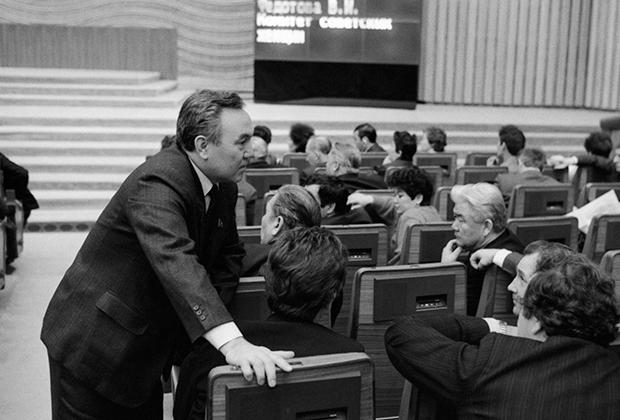 Депутат Назарбаев в зале заседаний Дворца съездов. Москва. 18 декабря 1990 года