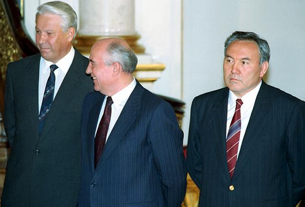 Борис Ельцин, Михаил Горбачев и Нурсултан Назарбаев в Георгиевском зале Кремля. Москва, 1991 год