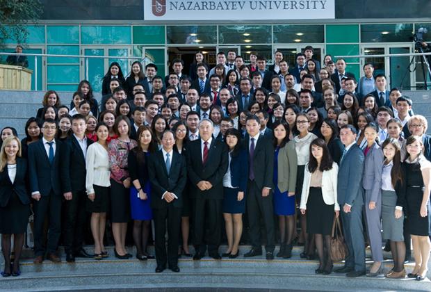 Нурсултан Назарбаев с преподавателями и студентами университета имени себя