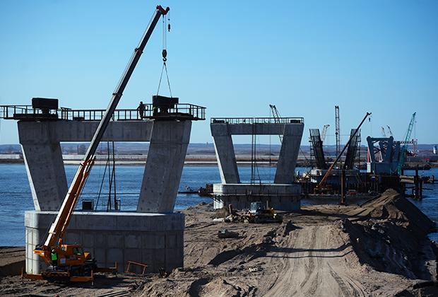 Опоры строящегося моста между российским городом Благовещенском и китайским Хэйхэ на реке Амур