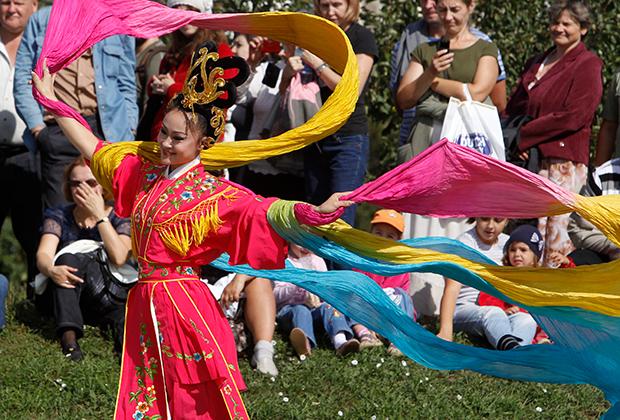 Китаянка в национальном костюме