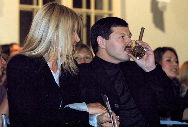 2003  Бизнесмен Владимир Барсуков (Кумарин) на дефиле от ведущих домов моды Valentino, Lanvin, YSL. Дефиле прошло в Манеже Меньшиковского дворца.