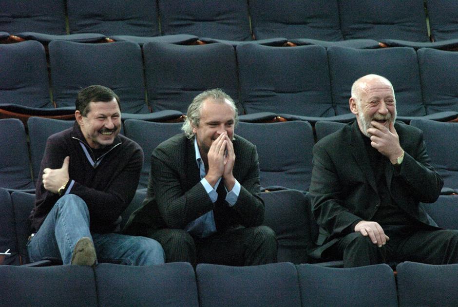 """Теннисный турнире """"St.Petersburg Open — 2005"""". Бизнесмен Владимир Барсуков (слева) на трибуне болельщиков турнира."""