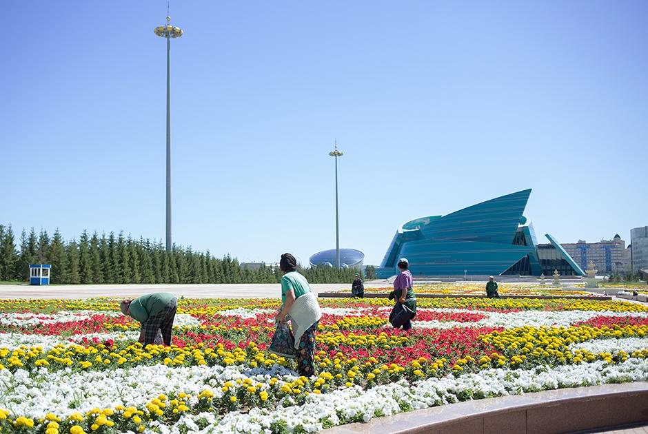 «Ак Орда» — официальная резиденция и рабочее место президента страны. На заднем плане можно увидеть концертный зал «Казахстан Орталык», спроектированный итальянским архитектором Манфредо Николетти и открытый в 2009 году.