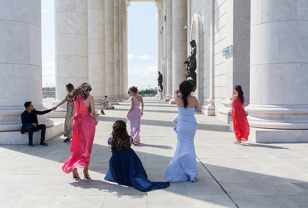 Это место пользуется популярностью у молодоженов, которые приезжают сюда устраивать свадебные фотосессии.