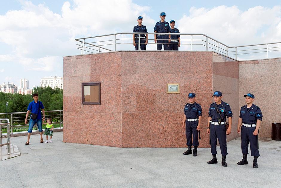 Комплекс, представляющий Казахстан в миниатюре, был открыт 8 сентября 2001 года по инициативе Назарбаева. Он занимает площадь в 1,7 гектара. Там воссозданы рисовые и хлопковые поля Кызылкума и древние храмы, Пирамида Мира, курорт Бурабай, угольные шахты, реки, транспортные сети и города. Экспозиция насчитывает уже около 200 экспонатов и постоянно расширяется. В центре парка проходят праздники, митинги и другие массовые мероприятия, открыты ремесленные мастерские.