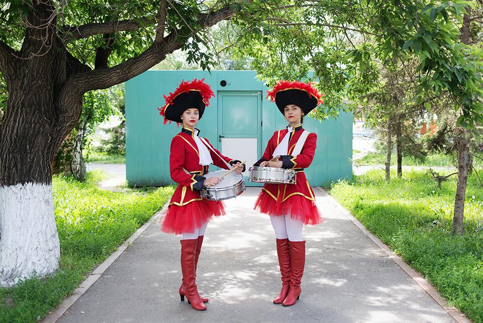 В Казахстане соседствуют две крупные этнические группы: казахи (около 63 процентов населения) и русские (примерно 24 процента).