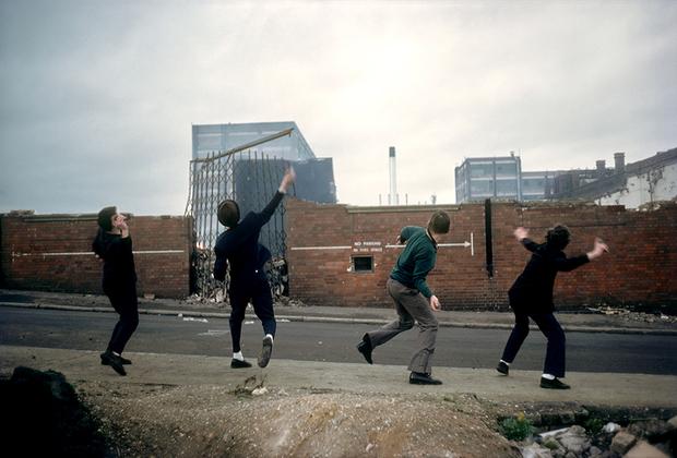 Серия «Анархия в Соединенном Королевстве» французского фотографа Яна Морвана фокусируется на неспокойном времени реформ «железной леди» Маргарет Тэтчер, ставшей премьер-министром Великобритании в мае 1979 года.