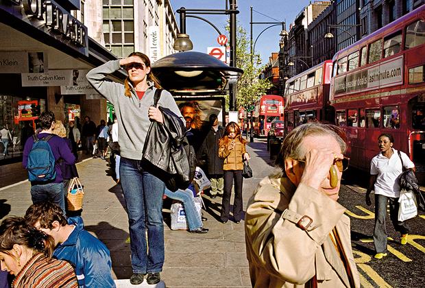 Британец Мэтт Стюарт собрал серию «Все, что может дать жизнь» из тысяч фотографий, сделанных на улицах Лондона за последние 20 лет. На его снимках запечатлены люди, живущие будничной жизнью, спешащие на работу, совершающие покупки, отдыхающие в парках и барах.