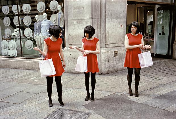 Стюарт любит фотографировать комичные, странные и абсурдные совпадения, которые встречаются на улицах. Такие работы он называет «тестами на остроту зрения».
