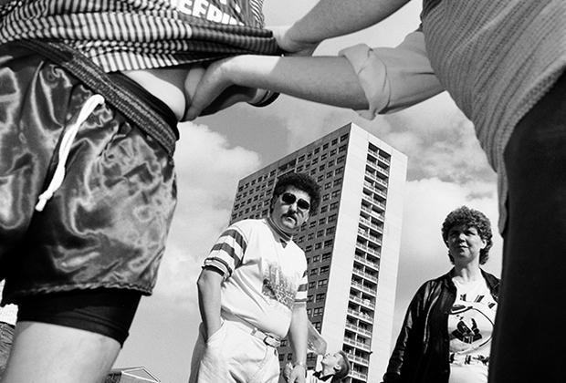 Пристрастие ливерпульцев к этому виду спорта — та вещь, через которую Грант раскрывает общественную жизнь города, который на протяжении второй половины XX века имел неприятную славу безлюдного и депрессивного места. С 1930-х до начала 2000-х население Ливерпуля сократилось почти вдвое.
