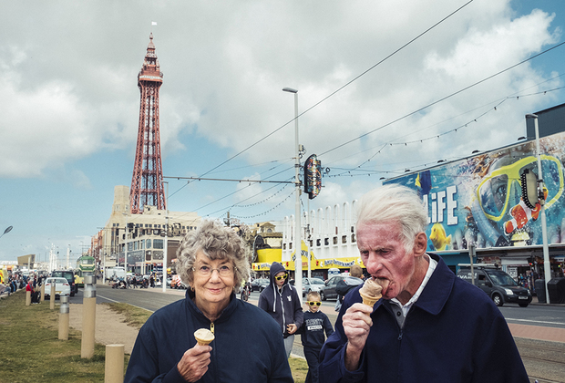 Приморский город-курорт Блэкпул известен уменьшенной копией Эйфелевой башни, одним из самых больших европейских парков развлечений и многочисленными фестивалями, на которые съезжаются молодые британцы и граждане Евросоюза. При том что это место стало настоящим магнитом для туристов и юных жителей соседних городов, тянущихся в Блэкпул за дешевой выпивкой и развлечениями, огромную часть обитателей города составляют пенсионеры — такой контраст и захватил автора фотосерии о Блэкпуле, парижского фотографа Сирила Абада. Автор подчеркивает, что герои его снимков — те самые британцы, желающие, чтобы их страна покинула Евросоюз. На соответствующем референдуме за выход из ЕС проголосовали более 67 процентов жителей Блэкпула и окрестностей.