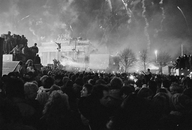 Морис Вайс последние годы существования ГДР фотографировал изменения, происходившие в центре Берлина, а также толпы протестующих, мирные марши, празднования и беспорядки в городе.