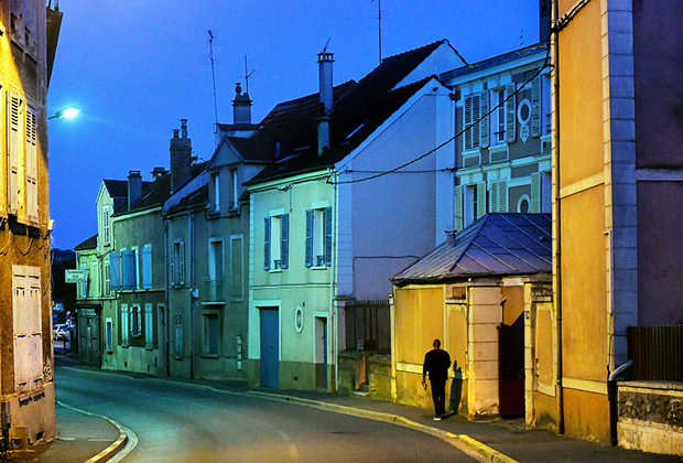 «Корбей-Эсон показался мне типичным французским городом. Я много бродил по нему пешком. Это такая современная Франция в миниатюре— как с социальной, так и с архитектурной точки зрения. В каждый свой визит я чувствовал себя там чужаком, туристом. Откуда взялось это чувство? Я не могу найти ему рационального объяснения», — делится впечатлениями французский фотограф.
