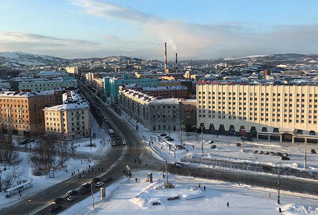 Мурманск просыпается около четырех часов утра. Будят город портовые доки