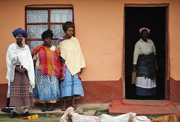 Женщины племени коса собираются на похороны Нельсона Манделы — первого чернокожего президента ЮАР. В честь этого события они надели национальные костюмы коса.