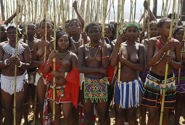 Женщины племени зулу во время ежегодного танца тростника — праздника девственности в королевском дворце зулу рядом с Нонгомой.