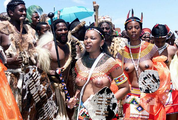 Королевская семья племени зулу танцует в национальных костюмах во время свадьбы дочери короля зулу Гудвила Звелитини принцессы Нанди. Девушка вышла замуж за правнучатого племянника Нельсона Манделы принца Нфундо Бовуленгве Мтирару.