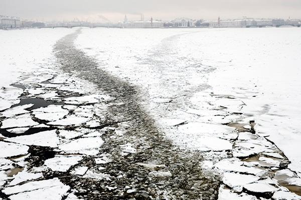 Ребенок в Петербурге провалился под лед Невы