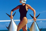 Модель Триффи (Triffie) была популярна в 1980-е: это не единственный снимок, где она позирует Лорье. По современным меркам ее сочли бы слишком атлетичной — но как иначе она могла бы поднять двух здоровенных рыбин?