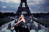 Казалось бы, нет ничего банальнее, чем фото на фоне Эйфелевой башни. Но если за дело берется суперпрофессионал, то ему «подыгрывает» не только модель в вечернем платье и ботильонах на шпильке, но и брутальные металлические конструкции, на которых она восседает, и угрожающе сгустившиеся грозовые облака. Вместо глянцевой картинки возникает настоящая драма.