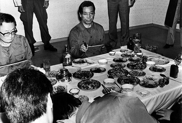Ким Чжэ Кю показывает, как убивал Пак Чон Хи