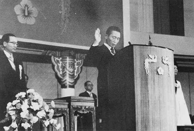 Пак Чон Хи приносит президентскую присягу. 1972 год