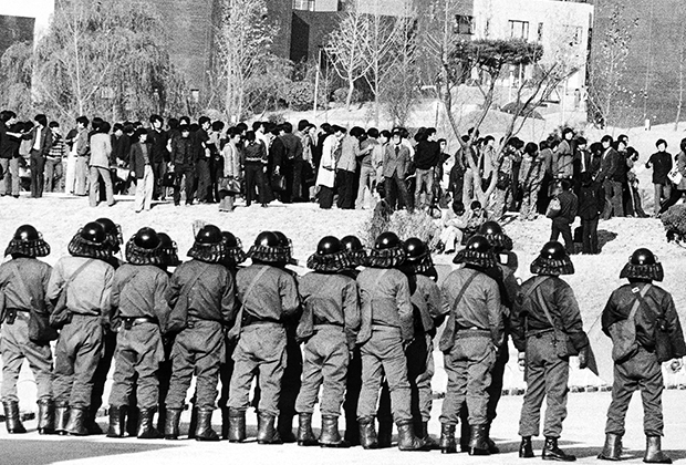 Полицейские во время студенческих погромов