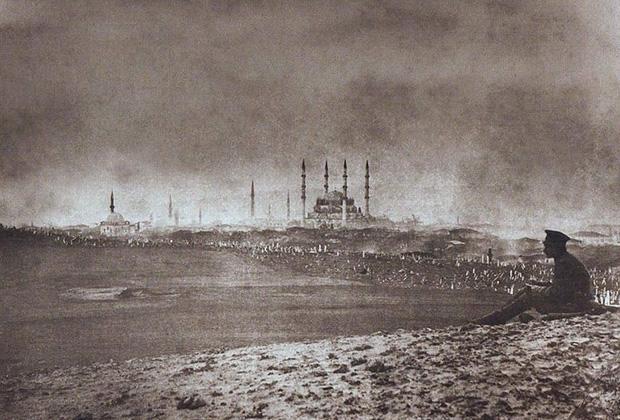 Русский солдат на фоне мечети Селимие в Эдирне (Адрианополе) в 1878 году