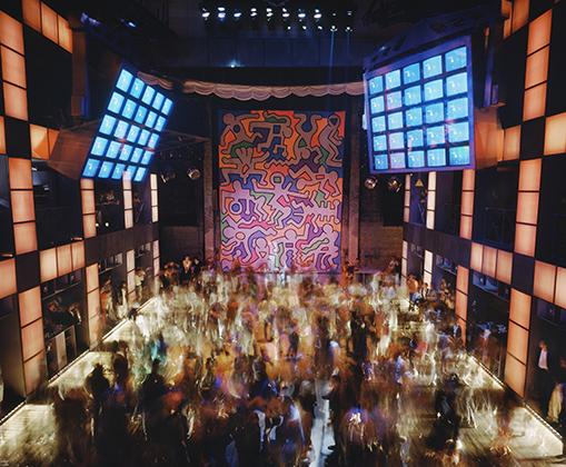 С эволюцией клубной музыки появлялись новые требования и к дизайну помещений. На снимке — нью-йоркский ночной клуб Palladium, в центре видна фреска кисти американского художника Кита Харинга.