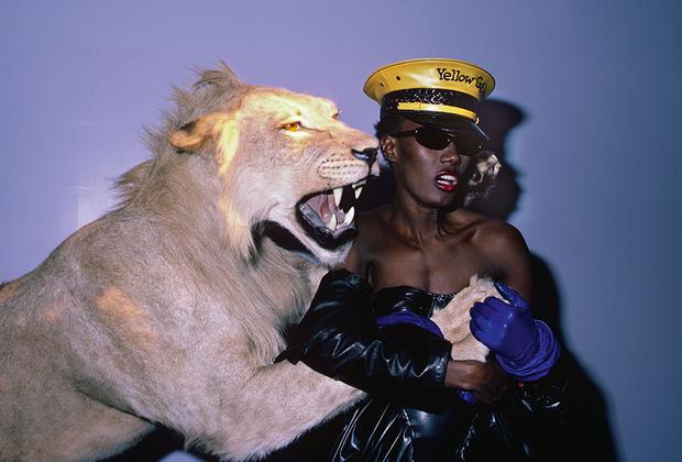Оформленные известными дизайнерами и архитекторами клубы, как правило, привлекают элиту «гламурной тусовки». На фото — ямайско-американская супермодель Беверли Грейс Джонс в 1984 году в манхэттенском клубе Area.