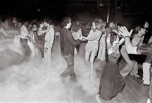 Разные клубы в разное время притягивали совершенно различную публику. На снимке — танцпол нью-йоркского клуба Xenon в 1978 году. За всю историю существования Xenon посещали такие знаменитости, как Мик Джаггер, Кристофер Рив, певица Шер и сын 35-го президента США Джон Кеннеди-младший.
