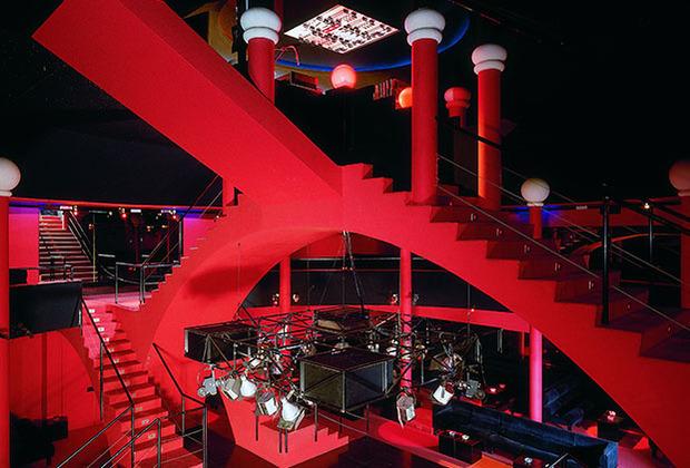 На выставке представлены архитектурные решения для ночных клубов как из разных времен, так и стран — от итальянских клубов 1960-х, созданных представителями «радикального периода», до легендарной нью-йоркской Studio 54, которую часто посещал Энди Уорхол.