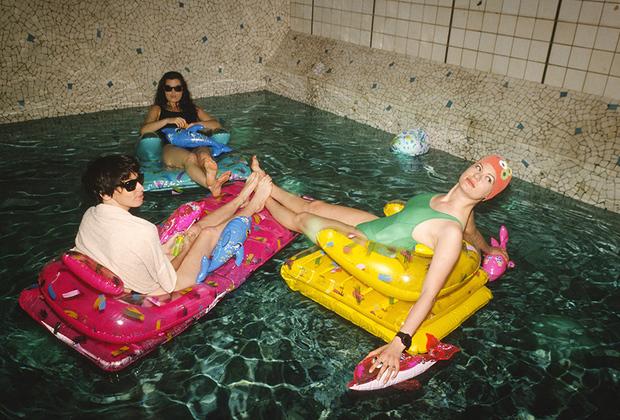 Парижский ночной клуб Les Bains Douches был создан в здании, где раньше располагалась баня. Купившие этот дом в 1978 году Жак Рено и Фабрис Коут решили не переделывать некоторые помещения, и бассейн быстро стал отличительной чертой клуба.