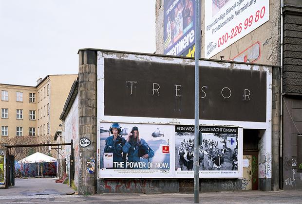 Немаловажную роль в клубной культуре играют и андеграундные заведения, появлявшиеся в качестве альтернативы дорогим клубам с авторским дизайном. Одно из наиболее известных таких мест — берлинский клуб Tresor. На снимке он находится в первой локации на Лейпцигерштрассе.