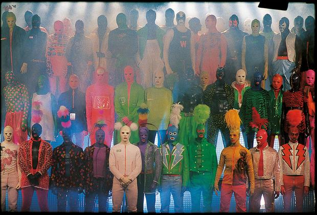 Дресс-код — неотъемлемая составляющая клуба, которая так же, как и дизайн помещений, формирует его облик и репутацию. На фото — коллекция Wild & Lethal Trash 1995-1996 года от бельгийского модельера Уолтера Ван Байрендонка.
