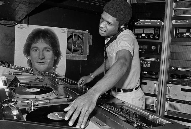 Диджей Ларри Леван, скончавшийся в 1992 году в возрасте 38 лет, был известен как резидент клуба Paradise Garage в Нью-Йорке. На снимке он исполняет сет именно в этом заведении в 1979 году.