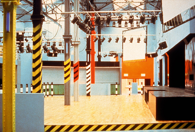 Манчестерский клуб The Haçienda существовал в 1980-е и 1990-е годы. Дизайнером заведения выступил Бен Келли. В сознании британских тусовщиков The Haçienda навсегда запомнился как клуб рейв-музыки и эйсид-хауса.