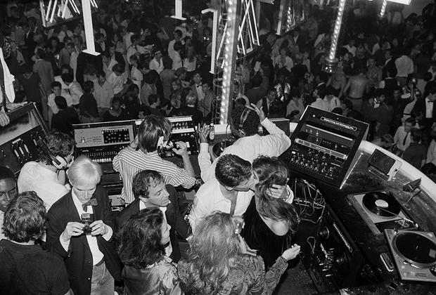 Вечеринка модельера Кельвина Кляйна в нью-йоркском клубе Studio 54 в 1978 году. В левом нижнем углу в смокинге — Энди Уорхол, снимающий автора фотографии Хассе Перссона.