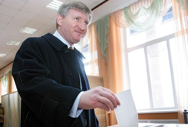 Ринат Ахметов голосует на выборах президента Украины в 2010 году