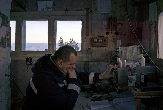 «Русский поэт, авиатор и журналист», — так называет себя Илья. Все его владения — это небольшая взлетная полоса, дом с табличкой «аэропорт Лопшеньга» и большая желтая тетрадь, в которой он ведет бухгалтерию.