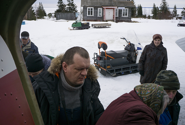 Илья вместе со всеми помогает загружать самолет. С соседями он общается только по работе. Друзей в деревне у него нет.