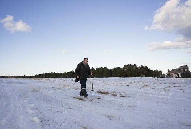 В обязанности начальника аэропорта входит следить за состоянием взлетной полосы и измерять толщину снега.