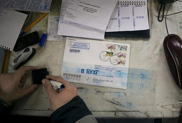 Иконников сам ведет нехитрую бухгалтерию. На работе пользуется проводным или самым простым кнопочным телефоном.
