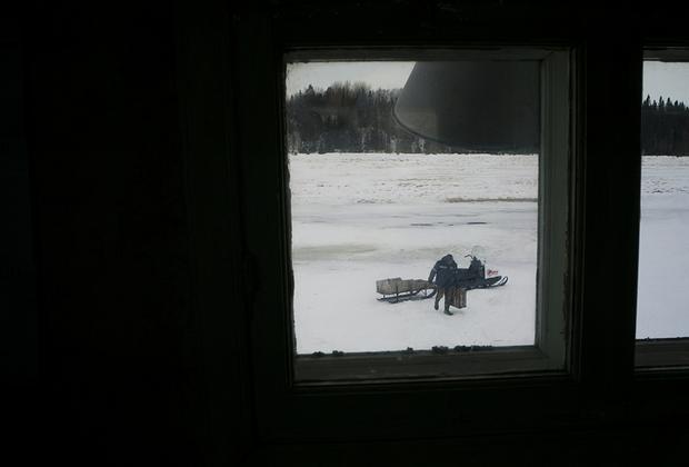 Илье на работу привезли красную рыбу с местного рыбзавода «Заря». В Лопшеньге она стоит в пять раз дешевле, чем в Архангельске. <br></br> Главное транспортное средство в Лопшеньге зимой — снегоход. У Иконникова его нет, он передвигается по деревне только пешком.
