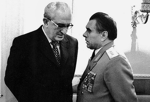 Юрий Андропов (слева) и Николай Щелоков