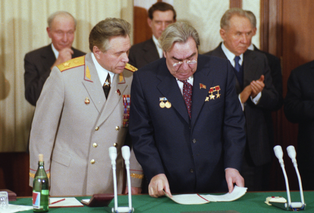 Николай Щелоков (слева) и Леонид Брежнев