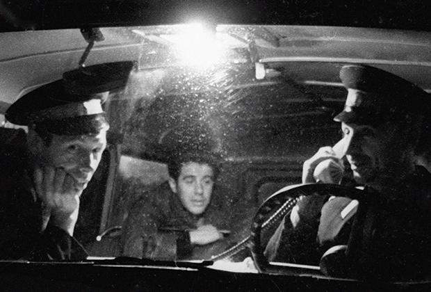 Сотрудники милиции сидят в дежурной машине. 1967 год