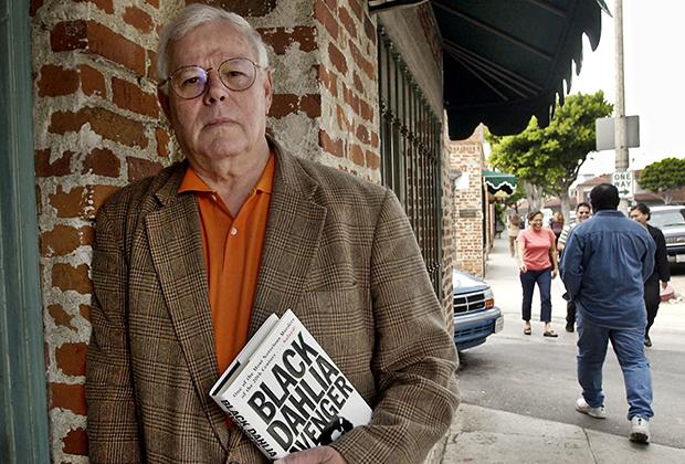 Стив Ходел держит одну из своих книг